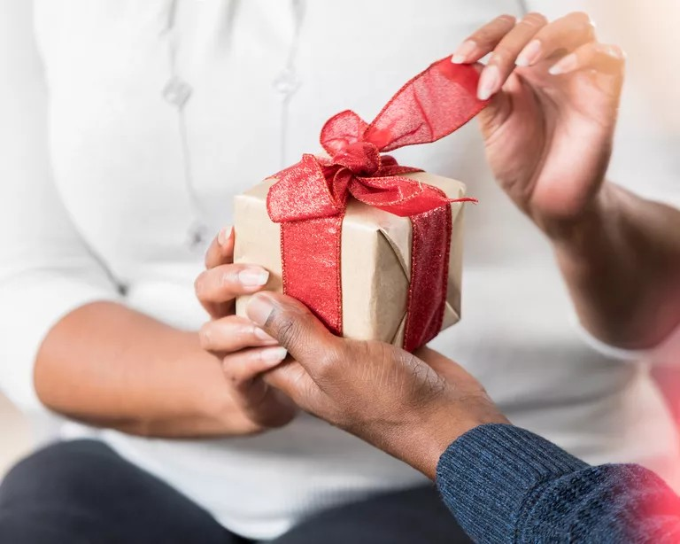 Best wedding anniversary gifts for wife in 2021
